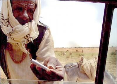 selling cigarettes near Khartoum (photo: BBC)